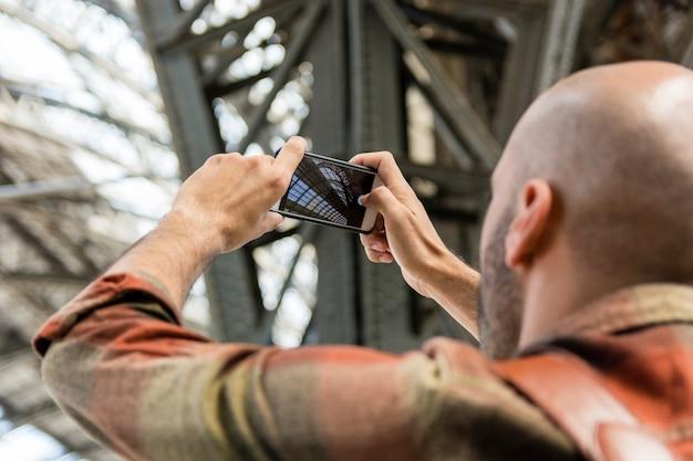 Hombre viajando tomando fotos Foto gratis