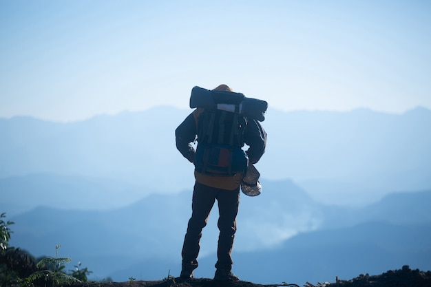 Hombre viajero con mochila alpinismo concepto de estilo de vida de viaje Foto gratis