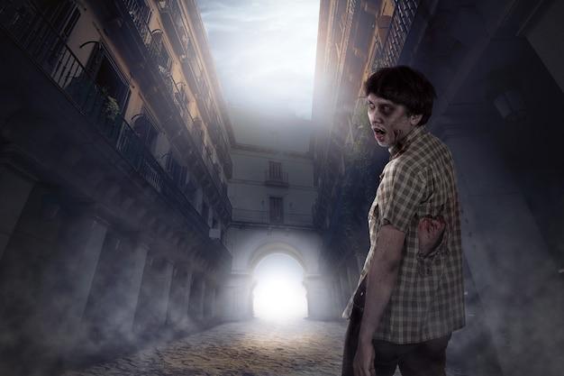 Hombre zombie espeluznante que vive en lugar abandonado Foto Premium