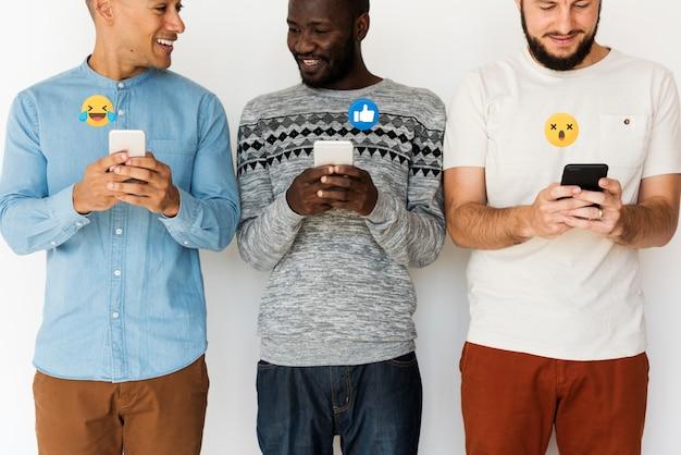 Hombres compartiendo contenido viral Foto gratis