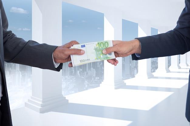 Hombres de negocios con billetes en un fondo de columnas blancas Foto Gratis