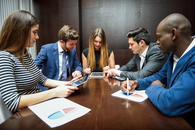 hombres de negocios trabajando en la oficina descargar