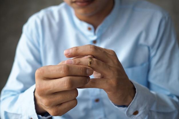 Los hombres decidieron quitarse el anillo de bodas y prepararse para divorciarse de los documentos. Foto Premium