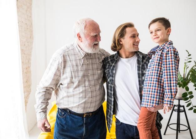 Hombres de diferentes generaciones juntos y abrazados. Foto gratis
