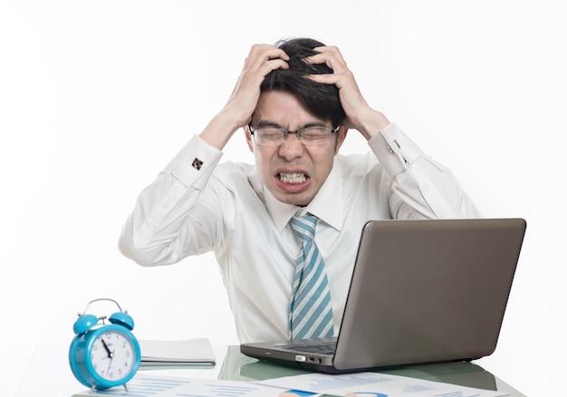 Hombres j venes trabajando horas extras en la oficina for Follando en la oficina gratis