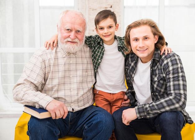 Hombres multigeneracionales mirando a cámara Foto gratis