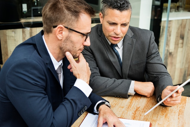 Hombres de negocios que encuentran la discusión que analiza concepto del planeamiento Foto Premium