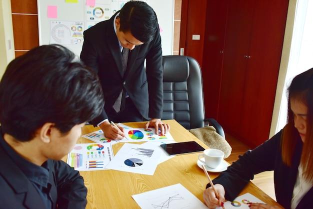 Los hombres de negocios se unen a sesiones de lluvia de ideas para trabajar en proyectos importantes. concepto de negocio Foto Premium