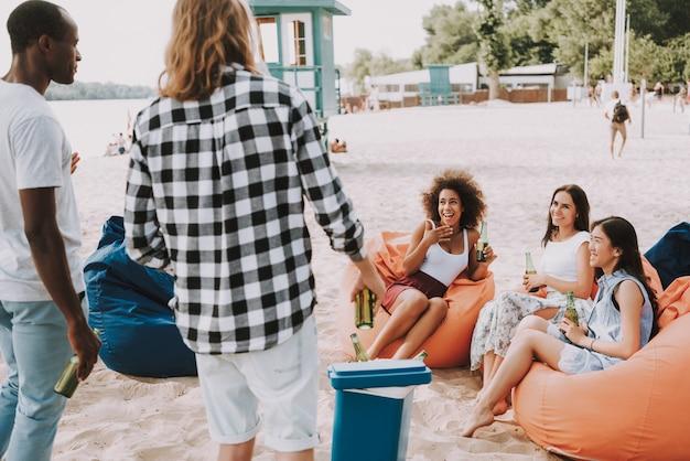 Los hombres tienen cerveza en el refrigerador para la fiesta en la playa Foto Premium