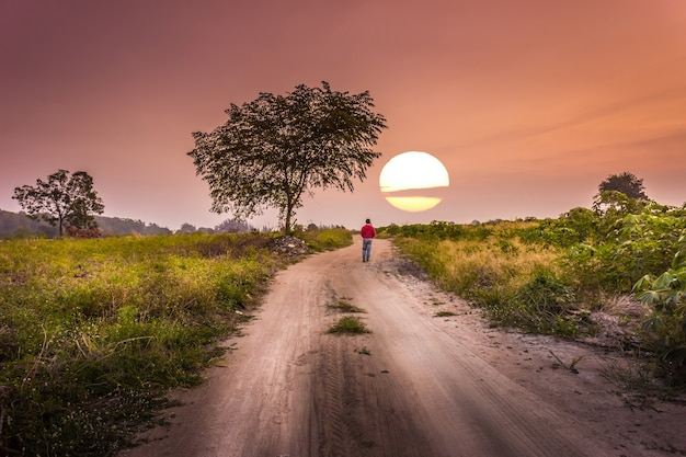 Hora del atardecer un hombre caminando solo a la manera del país ...