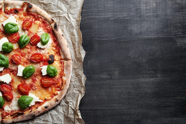 ¡hora de pizza! sabrosa pizza tradicional casera, receta italiana Foto gratis