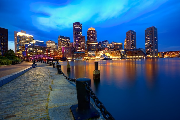 Horizonte del atardecer de boston en fan pier massachusetts Foto Premium