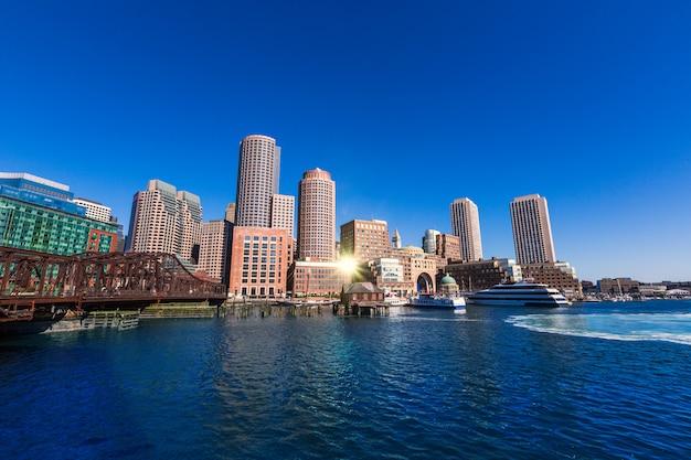 Horizonte de boston desde la luz del sol del muelle de fan massachusetts Foto Premium