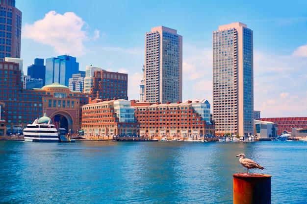 Horizonte de boston massachusetts desde fan pier Foto Premium
