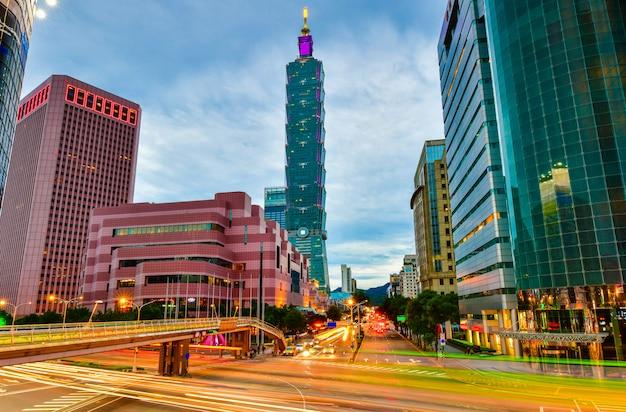 Horizonte de la ciudad de aipei y edificios del centro con rascacielos en la hora del crepúsculo en taiwán Foto Premium