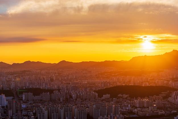 Horizonte de la ciudad de seúl al atardecer Foto Premium