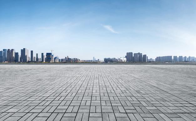Horizonte panorámico y edificios con piso cuadrado de concreto vacío, ciudad nueva de qianjiang Foto Premium