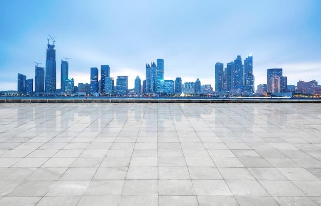 Horizonte panorámico y edificios con piso cuadrado de hormigón vacío, qingdao, china Foto Premium