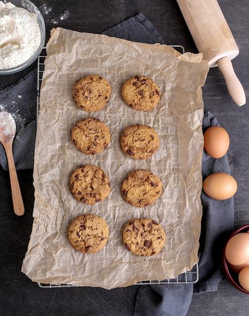 Hornear galletas en el horno Foto gratis