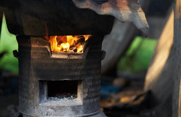 Horno exterior en llamas de fuego Foto Premium