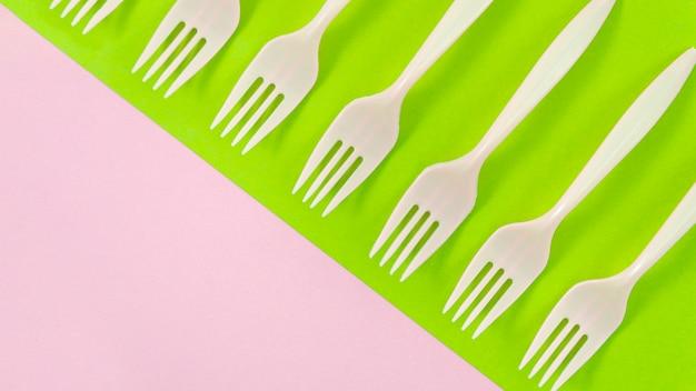Horquillas de plástico blanco sobre fondo colorido Foto gratis