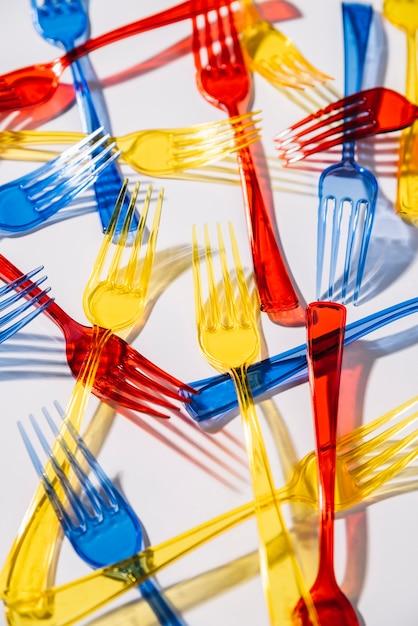 Horquillas de plástico de colores sobre fondo blanco. Foto gratis