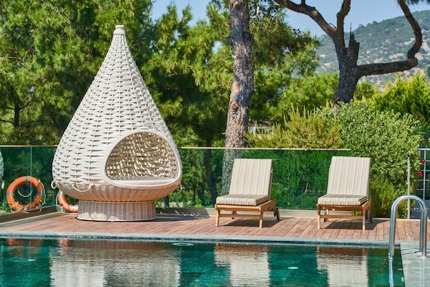 Hotel de lujo y relajante piscina. Foto Premium