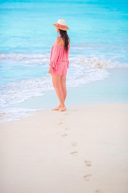 Huellas humanas en la playa de arena blanca con fondo hermoso joven Foto Premium