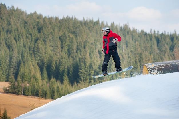 Huésped masculino en vuelo durante un salto sobre un obstáculo Foto Premium