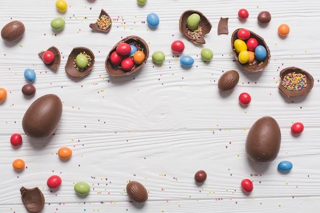 Huevos de chocolate con caramelos y chispas | Descargar Fotos gratis