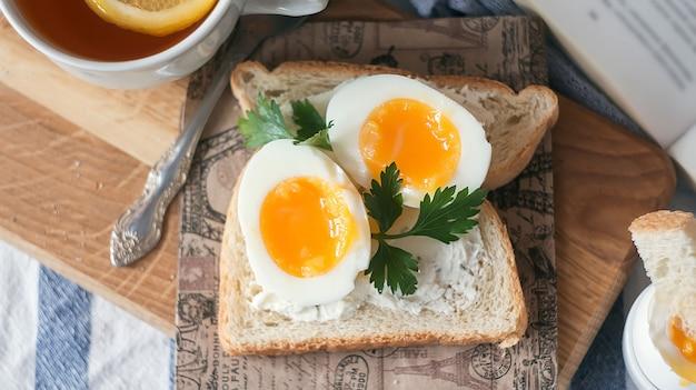 Huevos cocidos suaves para el desayuno con tostadas Foto Premium