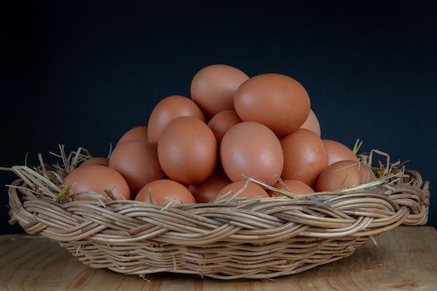Huevos colocados en una cesta. Foto gratis