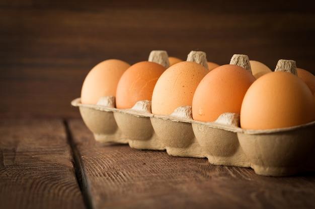 Huevos frescos en fondo dack-3 Foto Premium