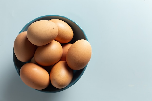 Huevos frescos en un tazón. Foto gratis