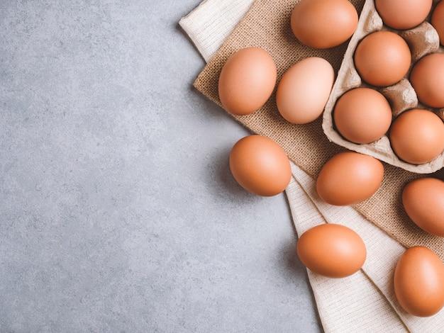 Huevos de gallina orgánicos ingredientes alimenticios Foto Premium