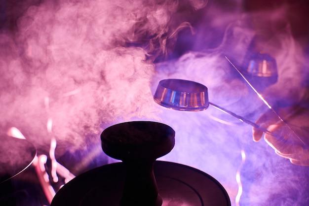 El humo de la cachimba, los objetos en el humo. Foto Premium