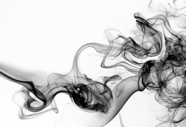 Humo negro sobre fondo blanco. diseño de fuego Foto Premium