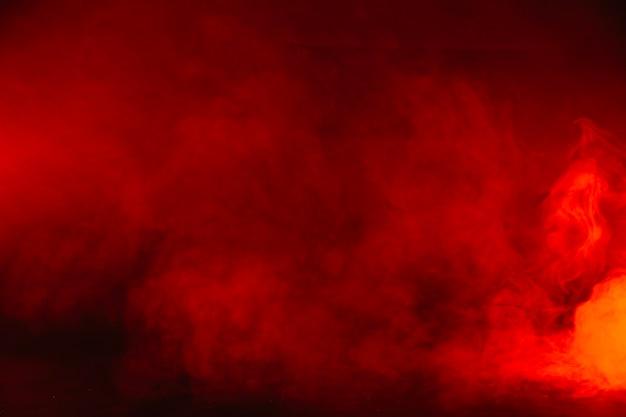 Humo rojo en el estudio Foto gratis
