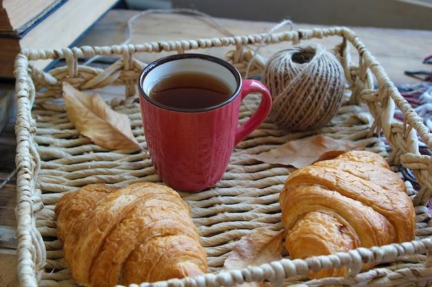 Humor de otoño composición de desayuno francés taza de té y cruasanes Foto Premium