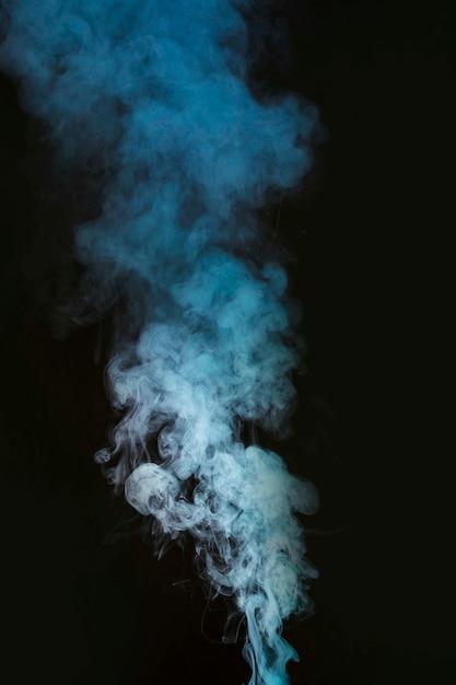 Humos de humo blanco sobre fondo negro Foto gratis