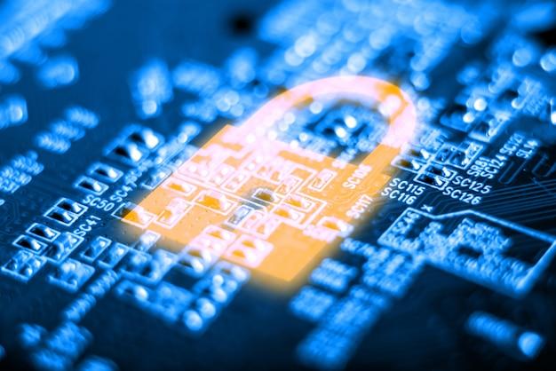 Icono de candado brillante en la placa electrónica con un microchip. concepto de tecnología de seguridad de la información. Foto Premium