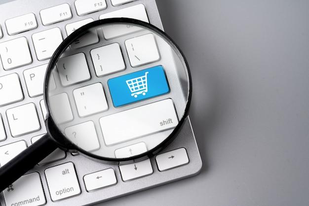 Icono de compras y negocios en línea en el teclado de la computadora retro Foto Premium
