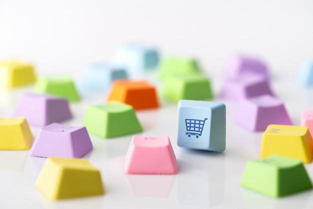 Icono de concepto de estrategia comercial, marketing y compras en línea en el teclado de la computadora Foto Premium