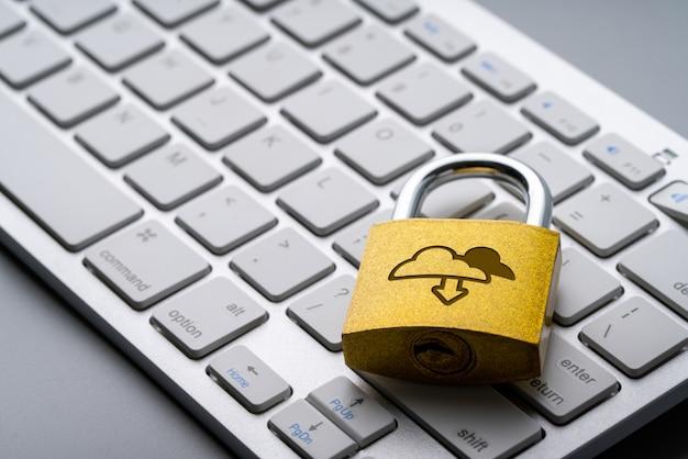 Icono de tecnología en la nube en el bloqueo de teclas para compras en línea concepto de negocio global Foto Premium