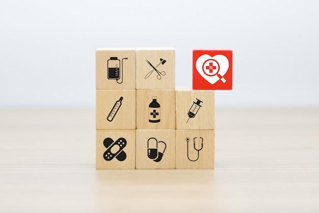 Iconos de gráficos médicos y de salud en bloques de madera. Foto Premium