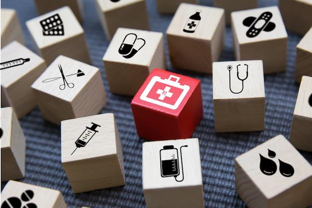Iconos médicos en bloque de madera. Foto Premium