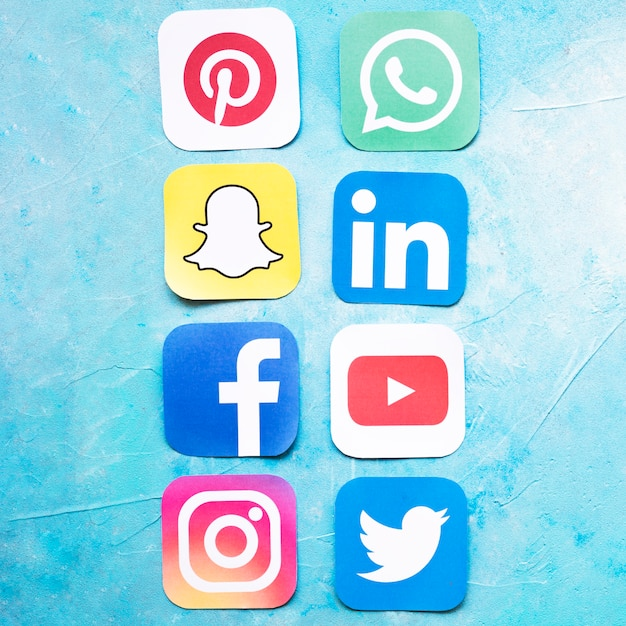 Iconos de redes sociales dispuestos en una fila sobre fondo azul Foto gratis