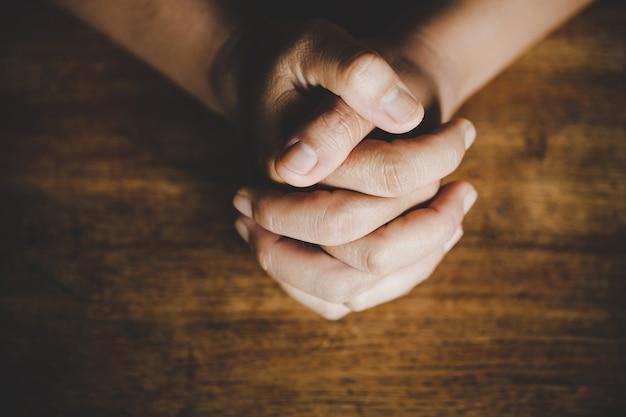 Ideas religiosas, rezando a dios Foto gratis