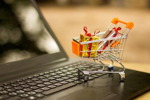 Ideas sobre compras en línea, compras en línea es una forma de comercio electrónico que permite Foto Premium