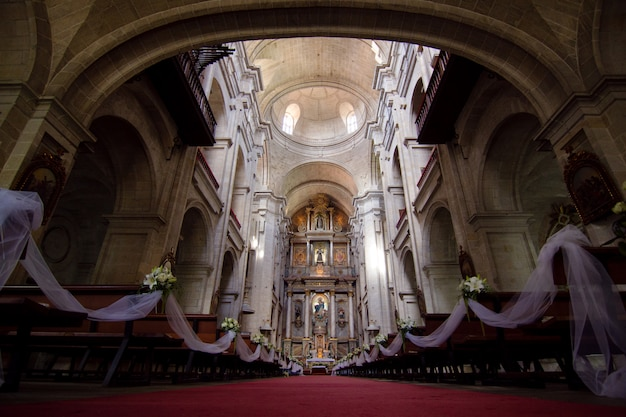 Iglesia católica antigua lista para una ceremonia de boda. concepto de marraige Foto Premium